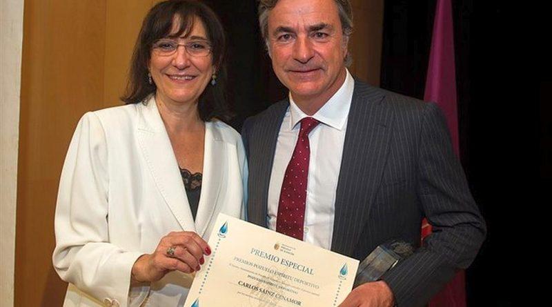 La alcaldesa Susana Pérez Quislant entrega el premio especial 'Pozuelo Espíritu Deportivo 2017' a Carlos Sainz