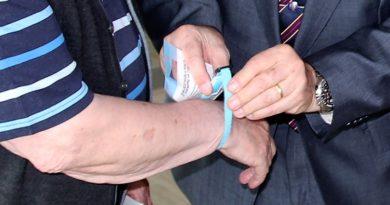 El  Ayuntamiento de Galapagar hace entrega de unas pulseras de emergencia para personas con demencia senil y Alzheimer