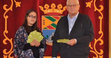 Fernando Sanjurjo, concejal de Medio Ambiente de Collado Mediano recibe los bonos de la Fundación Humana.