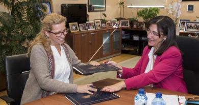 Carolina Farrell y Susana Pérez Quislant, en la firma del convenio.
