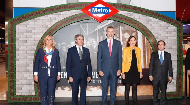 La consejera de Transportes Rosalía Gonzalo López, el presidente de la Comunidad de Madrid Ángel Garrido, el Rey Felipe, la ministra de Industria Reyes Maroto y el consejero delegado de Metro de Madrid Borja Carabante.