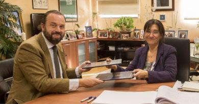La alcaldesa de Pozuelo, Susana Pérez Quislant y el director de FEBE, Bosco Torremocha, en la firma del convenio.