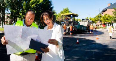 La alcaldesa de Pozuelo, Susana Pérez Quislant, comprobando el estado de las obras.