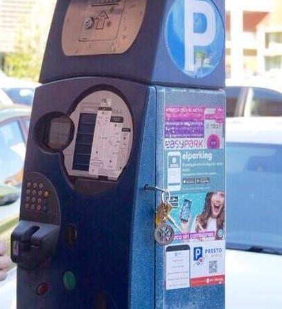 Parquímetro con información acerca de las aplicaciones de pago con el móvil.