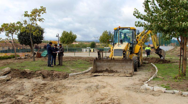 El concejal de Urbanismo de Galapagar, Ángel Camacho, visita las obras del parque.