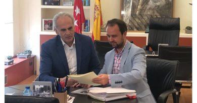 El consejero de Sanidad en funciones, Enrique Ruiz Escudero y el alcalde de Guadarrama, Diosdado Soto.
