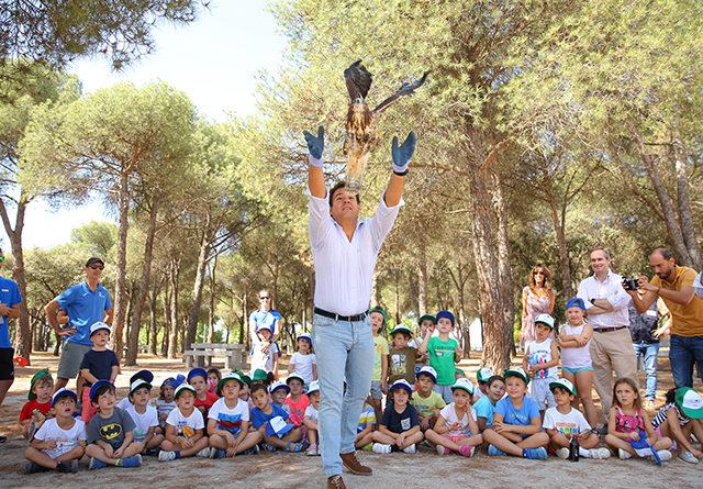 El alcalde de Las Rozas, José de la Uz participa en la suelta de cuatro aves.