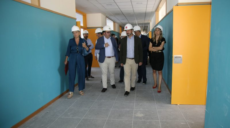 El presidente de la Comunidad de Madrid, Pedro Rollán, acompañado por el consejero de Educación, Rafael van Grieken, y del alcalde de Boadilla del Monte, Javier Úbeda.