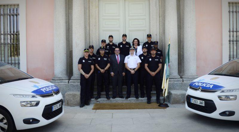 Javier Úbeda, junto a los ocho nuevos agentes.