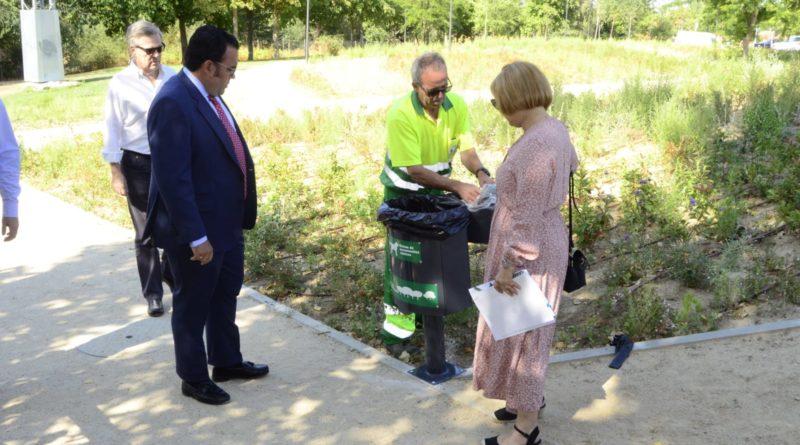 El alcalde de Boadilla, Javier Úbeda, en el punto de colocación de uno de los contenedores.