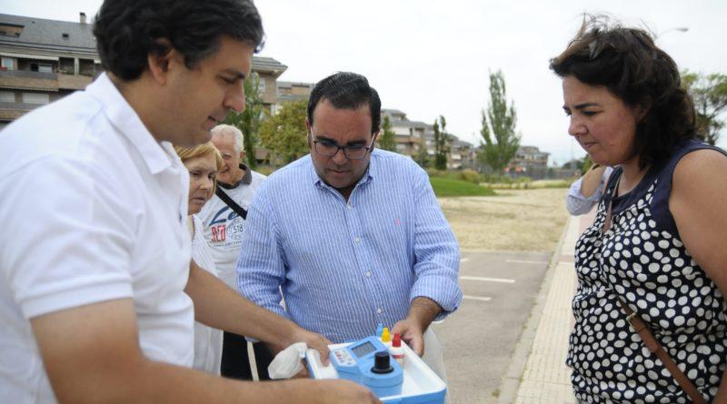 El alcalde de Boadilla del Monte, Javier Úbeda, durante el control de la muestra.