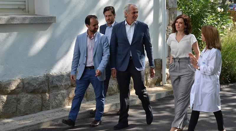 La presidenta de la Comunidad de Madrid visita el Hospital de Guadarrama.