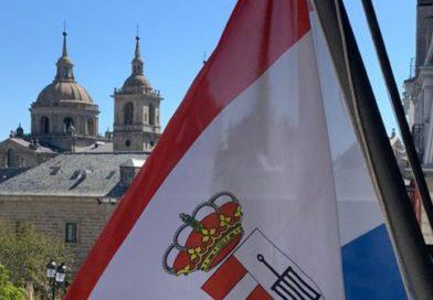 San Lorenzo de El Escorial ondea su bandera a media asta