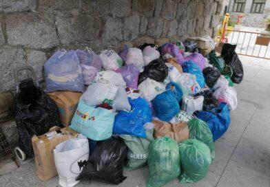 Guadarrama se vuelca con el reciclaje de ropa usada depositada en los contenedores